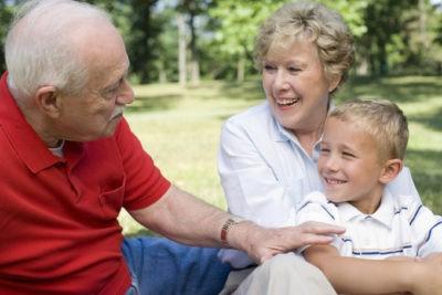 Бабушка дарит внуку квартиру