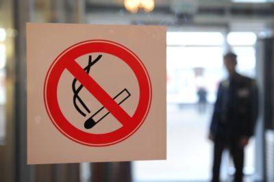 Как бороться с курящими соседями: что делать, если соседи курят в подъезде, куда обращаться